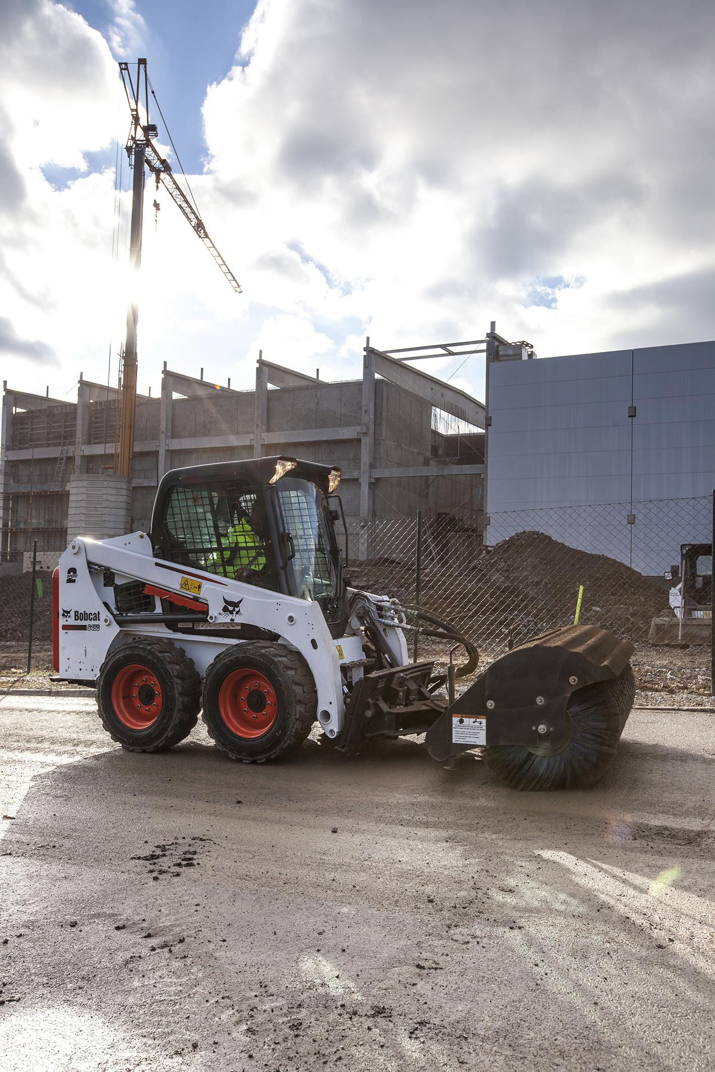 Bobcat przedstawia nową ładowarkę S450 o sterowaniu burtowym