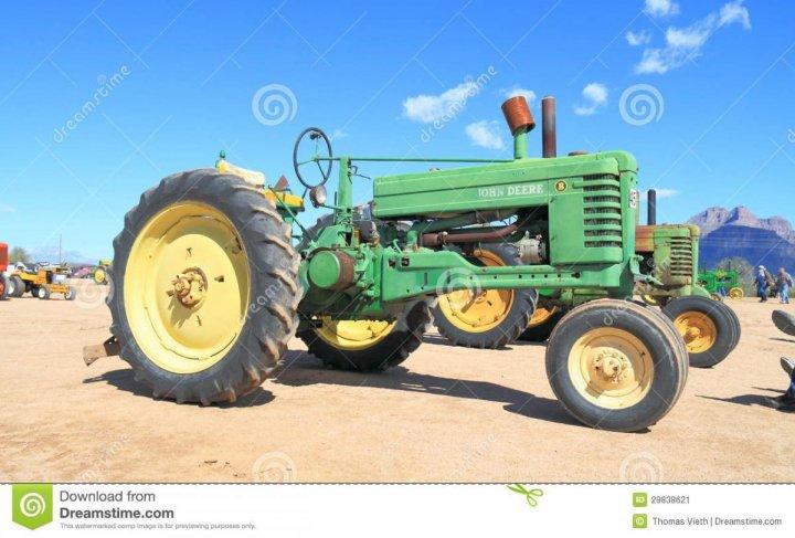 ten-john-deere-ciągnik-był-na-wystawie-w-apache-złączu-arizona-usa-arizona-wczesnego-dnia-benzynowy-silnik-ciągnika-29838621.jpg